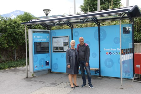 Evelyn Fankhauser-Widner (Marketing Hypo Tirol Bank) und Thomas Frauenschuh (EPAMEDIA) vor der Wartehalle