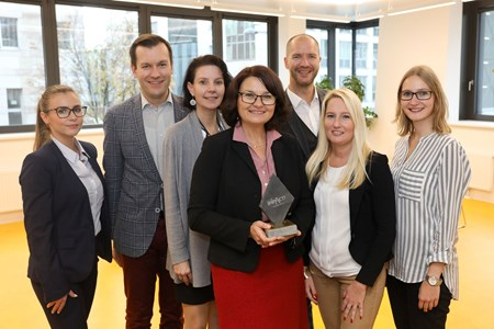 V.l.n.r.: Gabriela Subasic (Account Manager EPAMEDIA), Markus Wagner (Head of Marketing Privatkunden UniCredit Bank Austria AG), Ursula Graf (Bereich Identity UniCredit Bank Austria AG), Andrea Schmitz-Dohnal (Head of Marketing & Brandmanagement UniCredit Bank Austria AG), Marcus Zinn (Sales Director EPAMEDIA), Manuela Princic (Client Service Manager MediaCom), Lena Pflüger (Senior Investment Consultant MediaCom). Fotocredit: EPAMEDIA